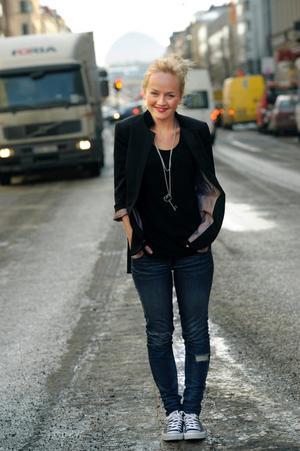 Anna Bergendahl mitt i gatan. Sångerskans nya video får kritik från Trafikverket.
