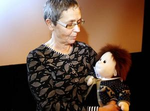 DEMENSDOCKA. Aina Persson föreläste i går på Folkets hus i Hofors. Hon jobbar med att utbilda både vårdpersonal och anhöriga om demens som sjukdom och hur dementa bör bemötas. Här håller hon i en så kallad demensdocka som kan delas ut för att minska oro och skapa trygghet hos den som är sjuk.