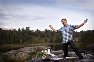 Tv-kocken Tareq Taylor, här ute i Höga kustens storslagna natur, besöker årets första Frukoststudio.