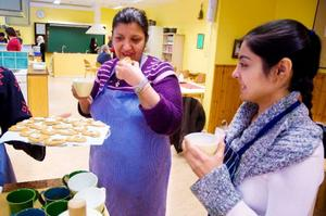 Afrah Fawzi och Tugba Demir minglar med glögg och pepparkakor innan serveringen drar i gång.