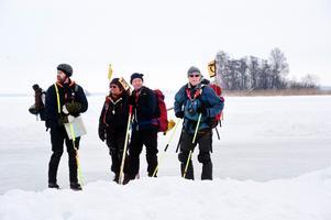 Ett säkerhetsutrustat gäng ger sig ut på isen.