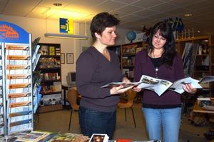 Vakuum. Just nu finns ingen turistbyrå alls i Hällefors kommun. Hällefors bokhandel har skött verksamheten på entreprenad sedan 1993 men senaste kontraktet löpte ut vid årsskiftet konstaterar Maria Dahlqvist, här tillsammans med Karin Willer. ARKIVBILD: BIRGITTA SKOGLUND