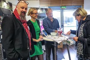 Från vänster LT:s reporter Lasse Ljungmark, Kristina Magnusson som är marknadskoordinator inom Mittmedia och ÖP:s chefredaktör Hans Lindberg fick besök av bland andra Majvor Enström.
