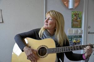 Musik betyder mycket för Karin Karlson. Karin studerar nu till församlingspedagog i Uppsala. I framtiden hoppas hon på att kunna kombinera musik och teater med sitt yrke som församlingspedagog. Foto: Tove Svensson