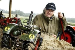 Exakt kopia. Bengt Karlbinder bygger sina traktormodeller efter riktiga modeller. – Det gäller att vara noga med måtten. Minsta centimeter fel ger ett helt annat utseende, förklarar han.