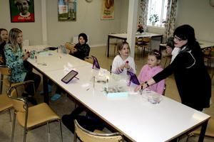 Britt Bichis håller för femte året sminkurs på Strandgården i Hammar.