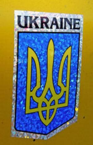 Ukrainas landsvapen på fotbollslagets buss. Resan går via färja till Polen och vidare till hemstaden Zhitomir i Ukraina.