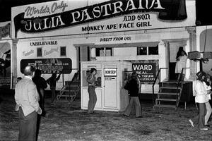 Worlds only Mrs Julia Pastrana and son, Monkey (ape) face girl, unbelievable, direct from USA! skriker skyltarna ut från husvagnen där Julia och hennes son visas upp på marknaden i Hudiksvall 1973.