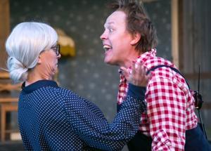 Fröken Bock (Karin Gemfors) hämtas från den andra boken och hennes prudentliga karaktär är en motpol till Karlsson på taket - många skratt följer när de delar scenen.
