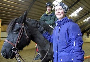 Från och med sista januari får Jocke Wallin inte åka längre och rida en lektion i veckan på Bäckans ridcenter i Djurmo. Här med Karin Alsiö och handikapphästen Dilton.