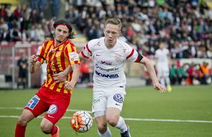 Stefan Ilic, i en duell med Assyriskas Gustav Jarl.