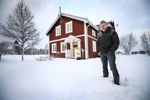 Krister Haraldsson och hans familj i Löfsåsen är ett av de 14 hushåll i länet som fått installationen för mobilt bredband betald. På taknocken sitter en antenn.