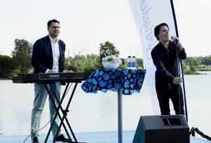 Sverigedemokraternas partiledare Jimmie Åkesson spelar en Ultima Thulelåt innan han håller sitt sommartal.