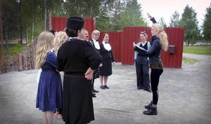 Koreografen Åsa Rudehill instruerar.