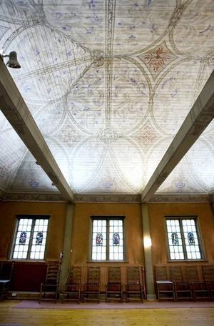 Taket i stora församlingssalen är vackert målat.