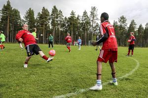 Fredrik Jonasson tränar P13 och deltog i uppvärmningen på Svegs IP. Ett av lagen med spelare från flera orter i Härjedalen som deltar i Storsjöcupen.