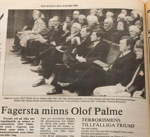 Konrad Nygren sitter till vänster om Olof Palme vid ett besök vid Socialdemokraternas 75-års jubileum i Fagersta 1981.