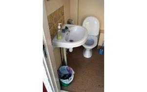 Inne på toaletten i flygklubbens klubbhus har man eldat i bland annat handfatet. FOTO:LEIF OLSSON