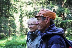 Inga-Lena och Tryggve Åkesson lyssnar till Kjell Söderlunds berättande.