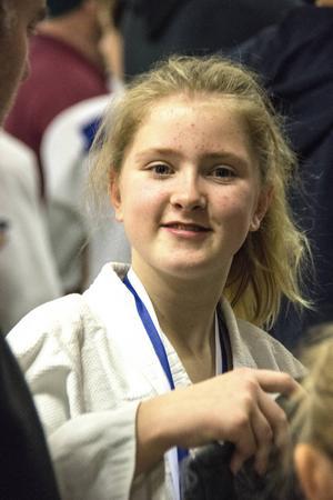 Felicia Vängman vann sin klass och fick en guldmedalj hängd runt halsen av Stefanie Biedron.