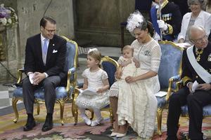 Kronprinsessfamiljen hade en familjär och fridfull dopstund i Slottskyrkan.