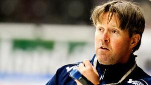 Anders Karlsson, assisterande tränare.I fjol: Fick ta över huvudansvaret efter 44 omgångar. Fick kliva tillbaka till assisteranderollen mitt i kvalserien när Mats Waltin tog över.Nu: Assisterande tränare i Färjestad i SHL.