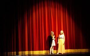 Victoria Hedström och Felicia Ryman är konferencierer under kvällen.