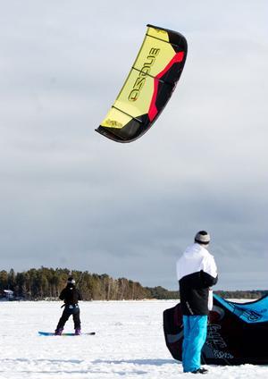 Med tillräckligt starka vindar kan duktiga kitesurfare hoppa tio meter upp i luften och vara luftburen i 5-10 sekunder.