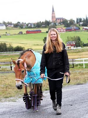 Erika Rosén Eriksson med Ovalla och omgivningen som bakgrund.