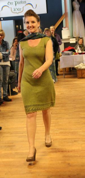 En modell i kläder från Gurli Design.