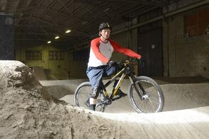 Tommy Anderson lär framtidens cykelstjärnor teknik i Falun.
