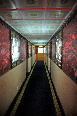 En av hotellets korridorer ut med målade takplattor och kinesisk tapet.