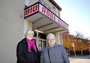 Birgitta Melin-Wahlberg och Arja Rohlin ser fram mot att få krypa in i biosalongen.