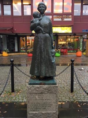 Statyn av Emma Oijens på Landala Torg i Göteborg. En hyllning till arbetarhustrun som slet för barnen och familjen. Foto: Karl Beijbom