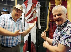 Peter Larsson och Trond Korsmoe i Larz-Kristerz ställer ut sin scenklädsel.