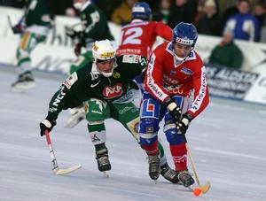 December 2003. Mats Rönnqvist gör sin första säsong av tre i IFK Vänersborg. Här jagas han av en 20-årig jättetalang vid namn Jesper Eriksson, då i Hammarby men numera i Villa Lidköping.
