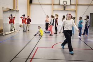 Dansläraren Maddi Andersson visar eleverna dans, och om tillräckligt många är intresserade kan det bli en fortsättning.