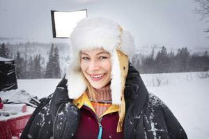 """Grannen Yvonne spelas av dubbelt Guldbaggenominerade skådespelerskan Frida Hallgren. Hon gjorde sin filmdebut i """"Det första äventyret"""" som även den spelades in i trakterna kring Åre."""