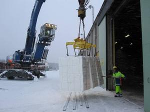 TUFF START. Snöovädret försvårade lossningen när Norrsundets hamn tog emot den första båten med massa från Portugal. Varje bal vägde sex ton.
