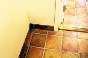 I en av tvättstugorna på Smultronbacken har väggen bångnat och det är tydligt att det finns åtminstone fukt i hörnet.