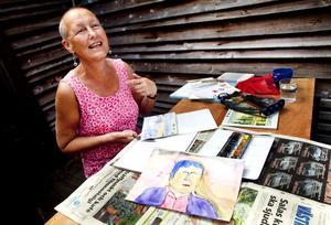 När de andra väver målar Britt Löfgren akvarell. Jag har inte tagit mig tid att börja väva än, säger hon.