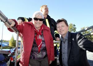Stolt mamma. Det var Aina Löf när hon kom till invigningen av sonen Ingemars storartade satsning på solenergi. Här är hon och kommunstyrelsens vice ordförande, Ingemar Hellström (S), på väg upp i hävaren för att se solcellerna på taket tillsammans med brandmannen Mikael Fredriksson.