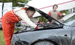 Billagning med silvertejp. Är det folkrace så är det folkrace och bilen måste fungera lite till, vill Markus Böe och Hampus Böe.