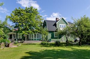 I Hille ligger denna sexrumsvilla från 1920-talet med trädgårdstomt, utekök och 236 kvadratmeter boarea.