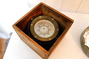 – Jag har också sparat pappas gamla kompass, den är så himla fin, säger Helena Jonsson.