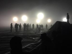 Med hjälp av frivilliga framför allt från fotbollsklubbarna lyckades man resa tältet under natten mot söndagen.