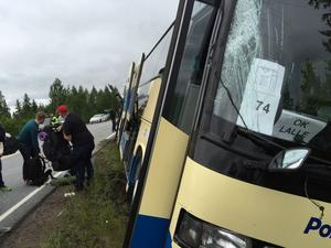 Busschauffören kunde styra undan från att frontalkrocka med lastbilen.