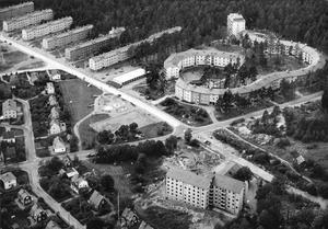 Hammarby växer. Hösten 1956 hade hyreshusen på Hammarbacksvägen fått Krumeluren som granne. I förgrunden syns Västergården, som nu är servicehuset Hammarby.
