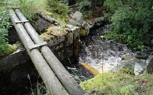 Träkonstruktionerna vid dammen är uppruttnade, men stensättningen är gediget byggt och står ännu pall.