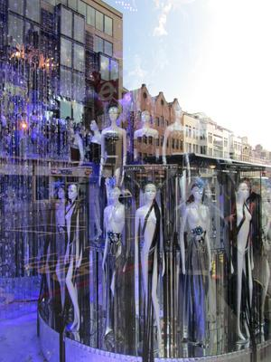 Bilden är tagen i London, snett in i ett skyltfönster med dockor i flera våningar och